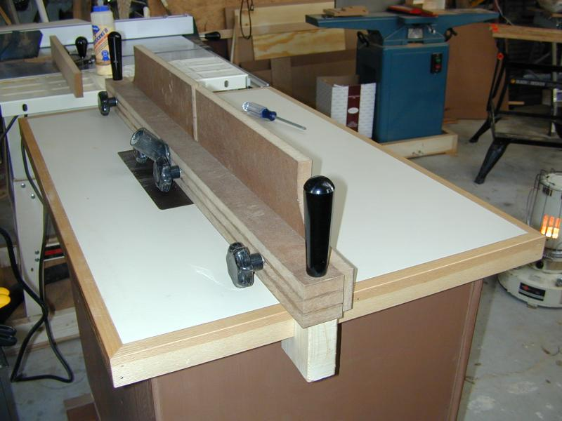 Bill es router table with the door on i attached the top to the carcass with l brackets and began making the fence i laminated three strips of mdf for the fence greentooth Image collections